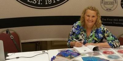 Ina Oostrom signeert haar boek