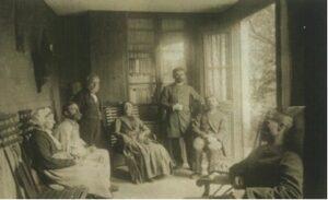 Foto van een volle spreekkamer van dokter Liebeault