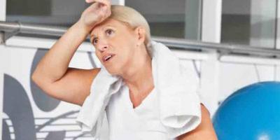 Vrouw strijkt over hoofd