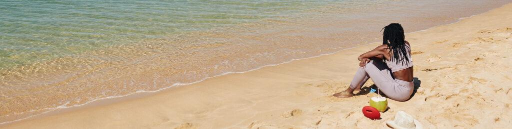 vrouw ontspant op het strand