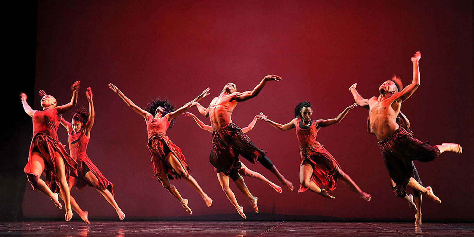 dansende mensen op toneel