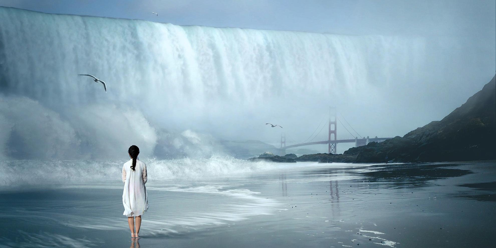 Foto van vrouw voor enorme waterval die land overstroomt